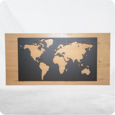 Weltbild aus Stahl mit Holzhintergrund