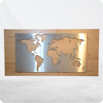 Weltbild aus gebürstetem 1.4301 Edelstahl vor Holzhintergrund